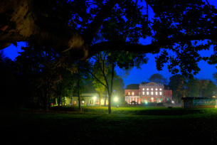 Pałac w Kurozwękach nocą