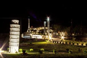 Nocne ujęcie Parku rozrywki i miniatur SABAT KRAJNO