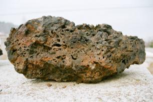 Fragment kloca żużlowego, pozostalość po wytopie żelaza w prymitywnym piecu tzw.dymarce