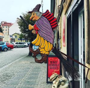 """Pamiątki regionalne w pracowni artystyczno - ludowej """"Herbaty i kawy świata"""" w Końskich"""