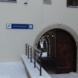 Punkt Informacji Turystycznej w Szydłowie w bramie średniowiecznego zamku